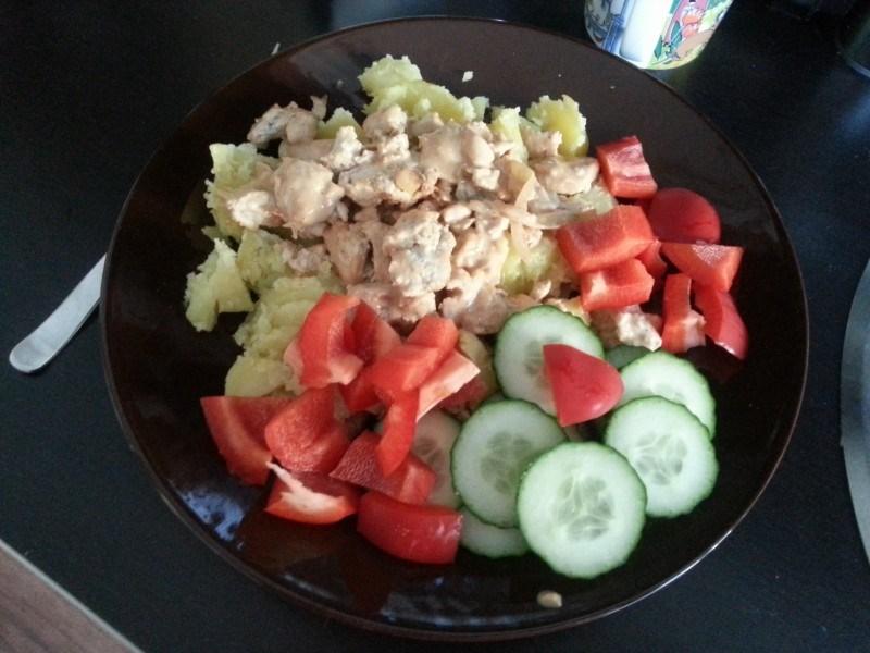Perunaa,  kanakastiketta ja vihanneksia. Helppoa!