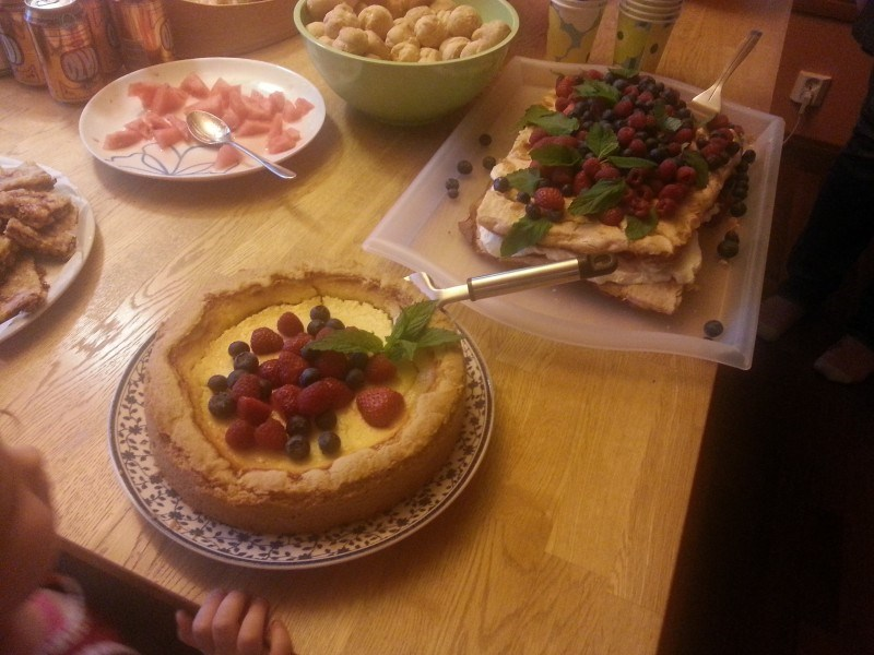 Jälkkärinä amerikkalaista juustokakkua, brita-kakkua, keksejä, melonia...