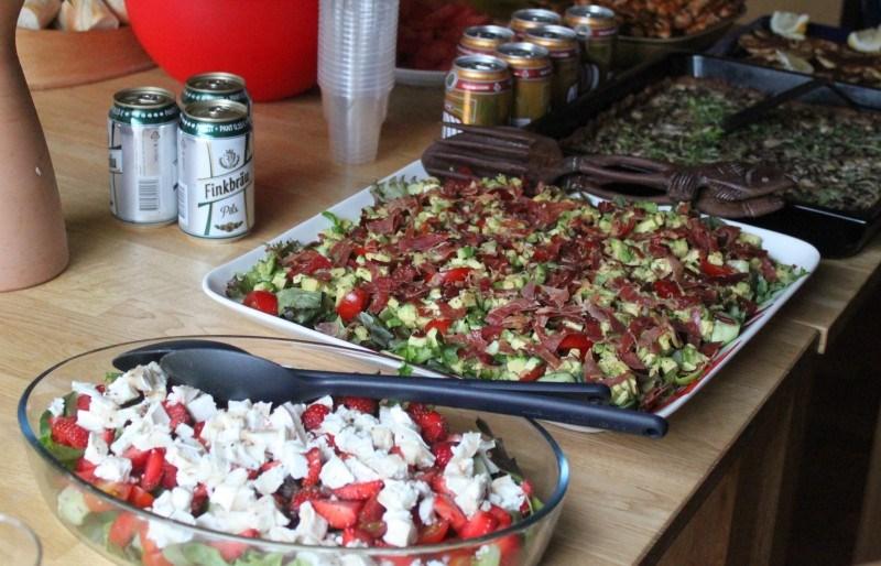 Tarjolla oli mm. vuohenjuusto-mansikkasalaattia, avocado-prosalaattia, jauhelihapiirakkaa, sienipiirakkaa, kanavartaita, boolia...