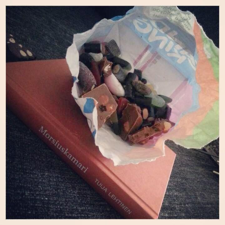 Iltapäivällä pienen pieni oma hetki hyvän kirjan ja irtaripussin jämien kanssa :)