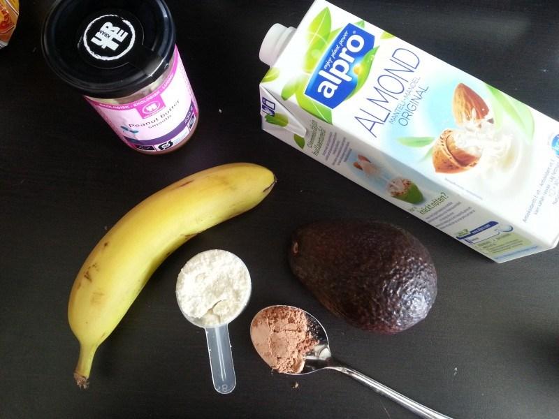 Smoothieaineksia: banaania, mantelimaitoa, avocadoa, maapähkinävoita, protskujauhetta ja raakakaakaota.