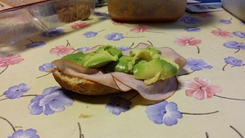 Sunnuntain gluteenittomia kauraporkkanasämpylöitä kinkulla ja avocadolla aamupalaksi <3