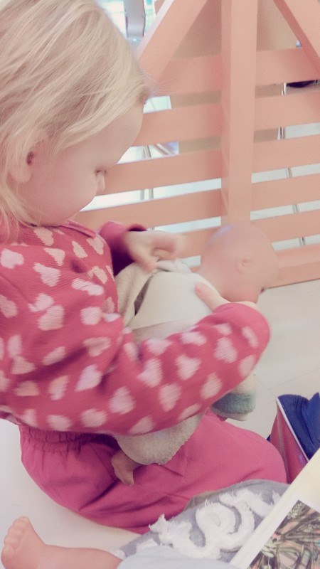 Hassua miten lapsi jaksaa leikkiä vaikka olisi kuinka sairas!