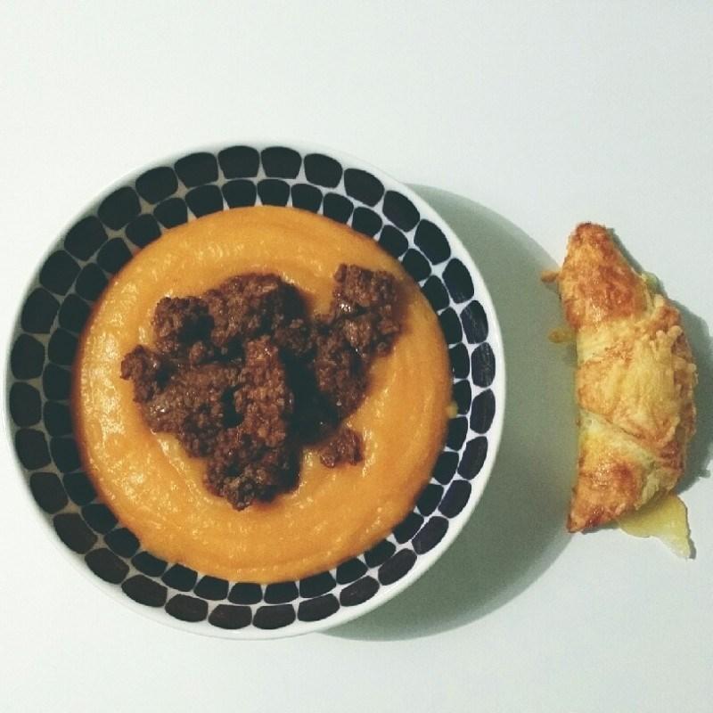Eilisen budjetti-illallinen: peruna-porkkanasosekeittoa kera mausteisen jauhlihan (pizzan ylijäämä). Nautittiin kera juustosarvien, noms :)