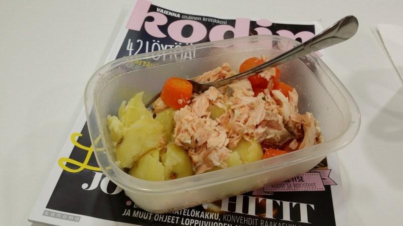 Töissä lohta, perunaa ja porkkanaa. Tätä kahtena päivänä peräkkäin.