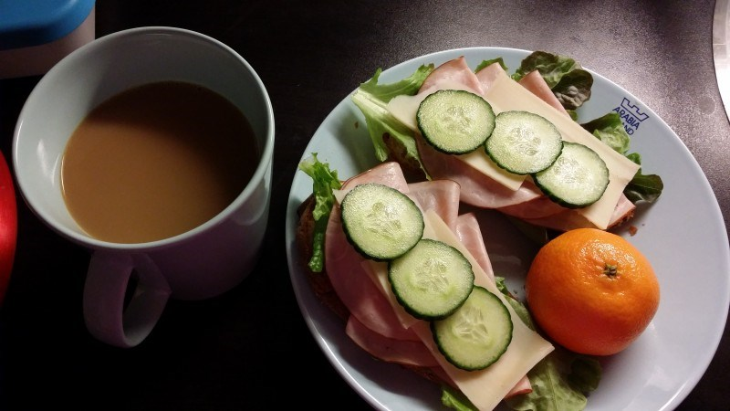 Mun vakio aamupala: Sunnuntain gluteeniton kaura-porkkanasämpylä höysteillä, hedelmä ja kahvia.