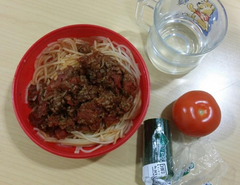 Eilen duunissa perussafkaa: gluteenitonta spagettia ja jauhelihakastiketta. Muovikiposta totta kai...
