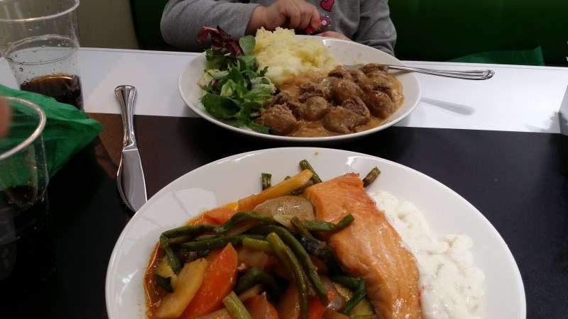Junassa käytiin myös syömässä. Lämpimät kasvikset olis hyvä vaihtoehto kotonakin :)
