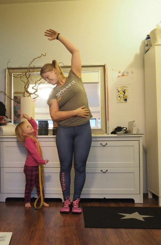 Äidin vaatteet & kengät: Reebok. Tytön vaatteet: H&M.