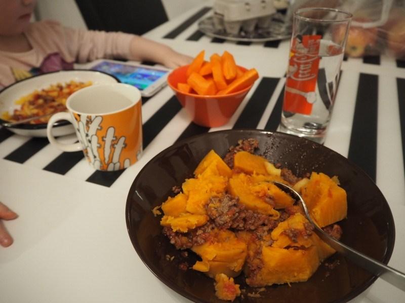 Muovailuiden jälkeen maistui isot annokset bataattia, jauhelihakastiketta. Pienelle makaronia :)