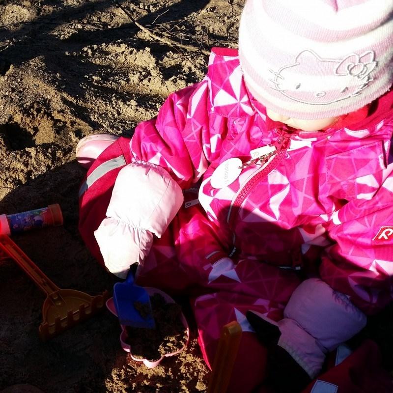 Kevään ekat hiekkalaatikkoleikit!