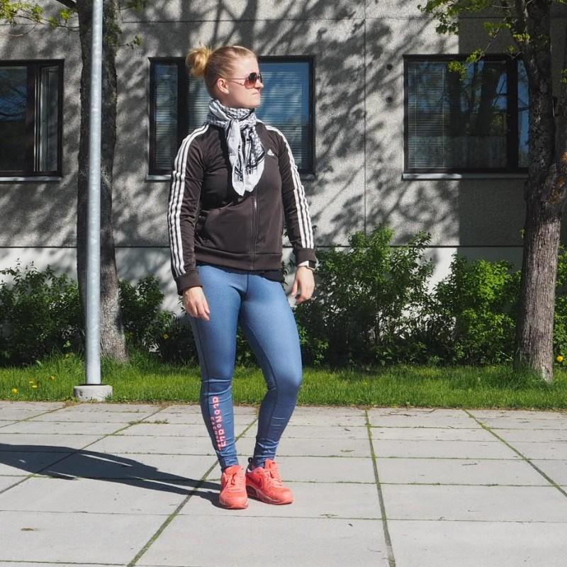 Hyvä keino pysyä aisoissa: treenaaminen. Takki: Adidas // housut: Reebok // Kengät: Nike Air max // Arskat: Glitter ja huivi: kirppis.