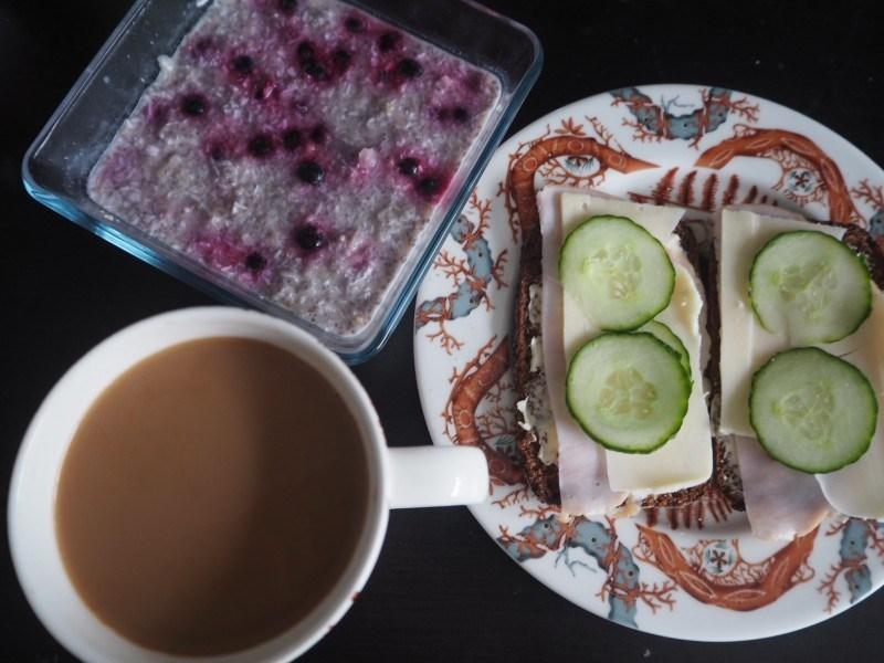 Tänään aamupalaksi, leipää, kahvia ja marja-chiavanukas.
