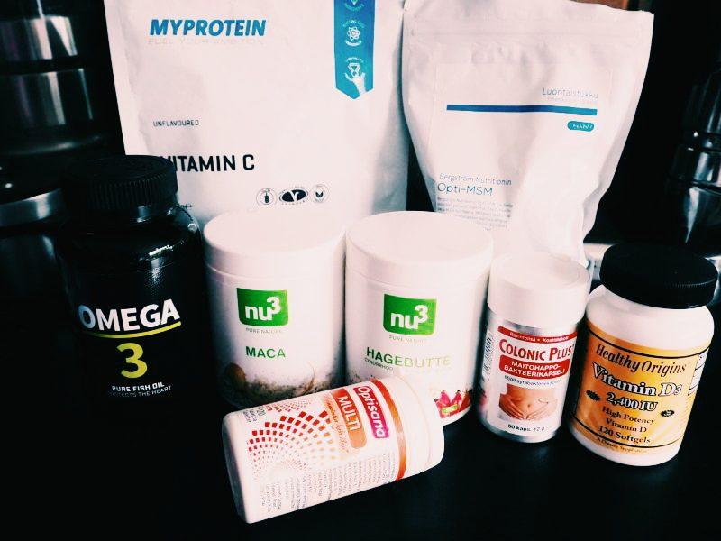 Kuvassa myös osa mun tablettimuotoisista päivän lisäravinteista: omegat, monivitamiini, maitohappobakteeri ja d-vitsku. Illalla otan vielä magnesiumin ja sinkin.
